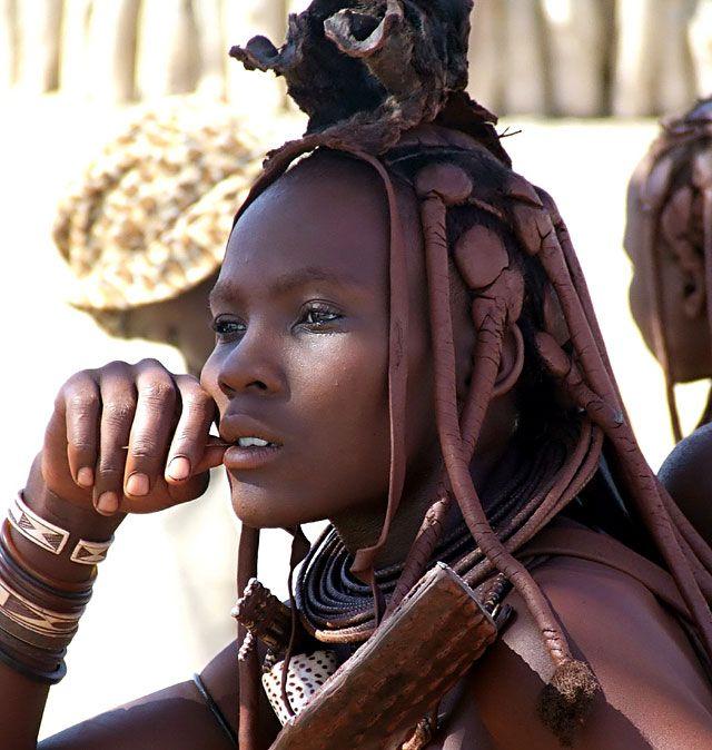 La belle fille Himba dans l'image ci-dessus est mariée comme elle est vêtue d'ornements au-dessus de ses cheveux tressés. Ces ornements, où les jeunes filles non mariées ne portent pas, elle identifie comme étant marié. Notez également les ornements autour de son cou et la coquille de conque qui pend au-dessus de ses seins. La coquille de conque est uniquement porté par les femmes mariées et est un symbole de fertilité. En outre, ils portent souvent une plaque en cuir avec clous en métal qui…