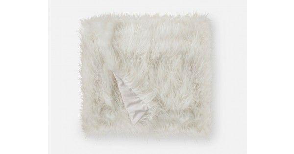 Polar évoque le glam Hollywoodien grâce à ses poils ivoire longs. La couverture douillette parfaite pour les froides soirées d'hiver, Polar est aussi magnifique drapée sur le canapé. Pour une  chambre ou un salon encore plus confortable, jumelez ce jeté en fausse fourrure au coussin Polar de Structube.