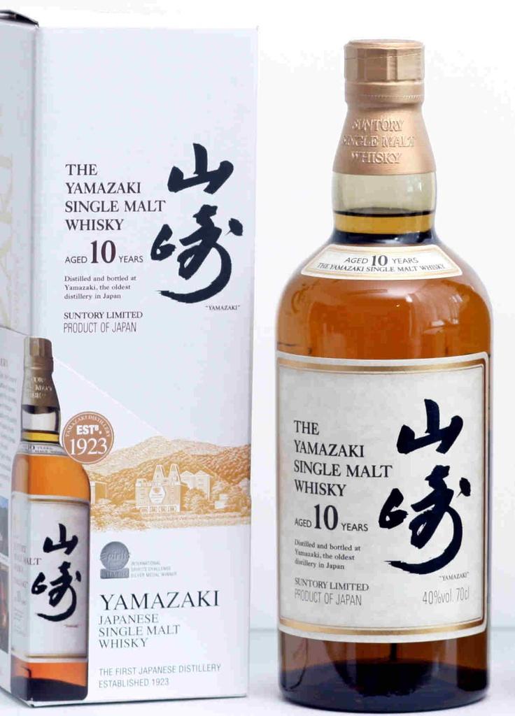 Tien jaar oude single malt whisky uit het land van de rijzende zon. De whisky heeft tonen van verse bloemen, fruit en vers gebrande noten.