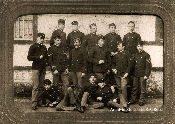 Allievi dell'anno scolastico 1889-1890 all'Istituto Rossi di Vicenza.  Autore: Photographie Internationale de Jongh Fréres – Neuilly, Paris. Archivio Storico ITIS Rossi