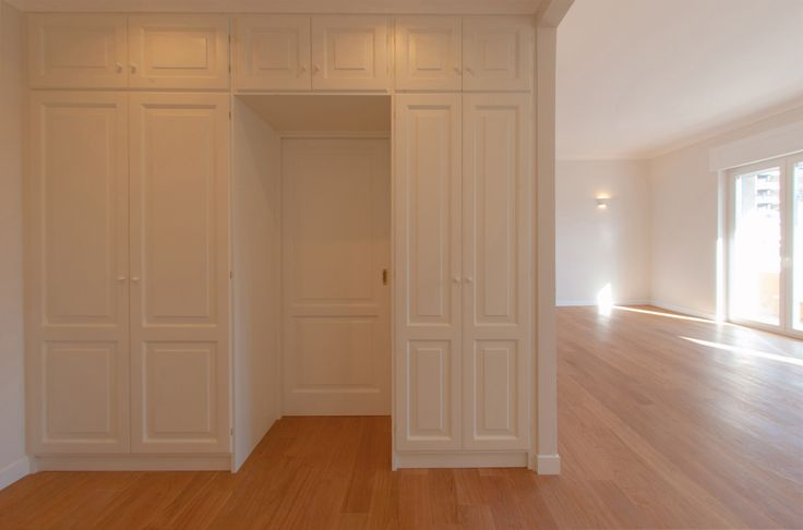 Entrance: Space reduction and optimization through custom closet