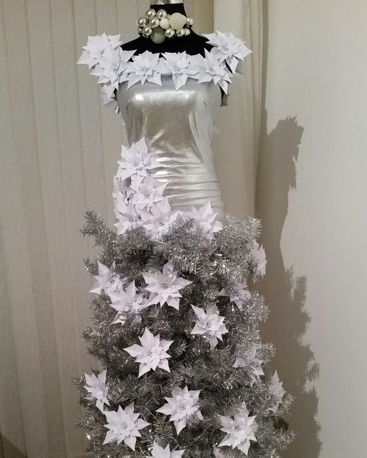Vestido - árbol navideño adornado con flores de papel