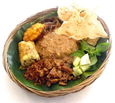 #Javanese traditional dish also popular in #Jakarta: Pecel (Indonesian sauce based on chillies, peanuts, tamarind and coconut sugar, served over boiled vegetables)