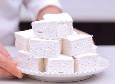 Домашний зефир    Низкокалорийный десерт, который содержит всего 80 ккал на 100 г, легко приготовить самостоятельно. Кроме того, что такая сладость не навредит фигуре, она еще и безумно вкусная!    Ингредиенты:    Кефир — 1 л  Сметана нежирная —  стакана  Сахар — 1 стакан  Желатин — 2 ст. л  Вода — 2 стакана  Ванильный сахар —  пакетика.    Приготовление:    1. Желатин замочить в теплой воде на 30-40 минут, затем на медленном огне, непрерывно размешивая, довести до кипения...