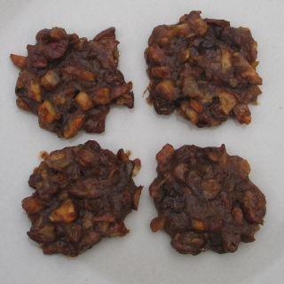 1/4 litru obilného mléka, 10 dkg pokrájeného sušeného ovoce, 10 dkg nahrubo posekaných ořechů, 1 lžíce oleje, 2 lžíce mirinu (nebo rumu), hřebířek, skořice, 2-3 lžíce mouky. Vše smícháme v kastrůlku a asi pět minut povaříme. Lžící dáváme na plech s pečícím papírem placičky, pečeme při nižší teplotě.
