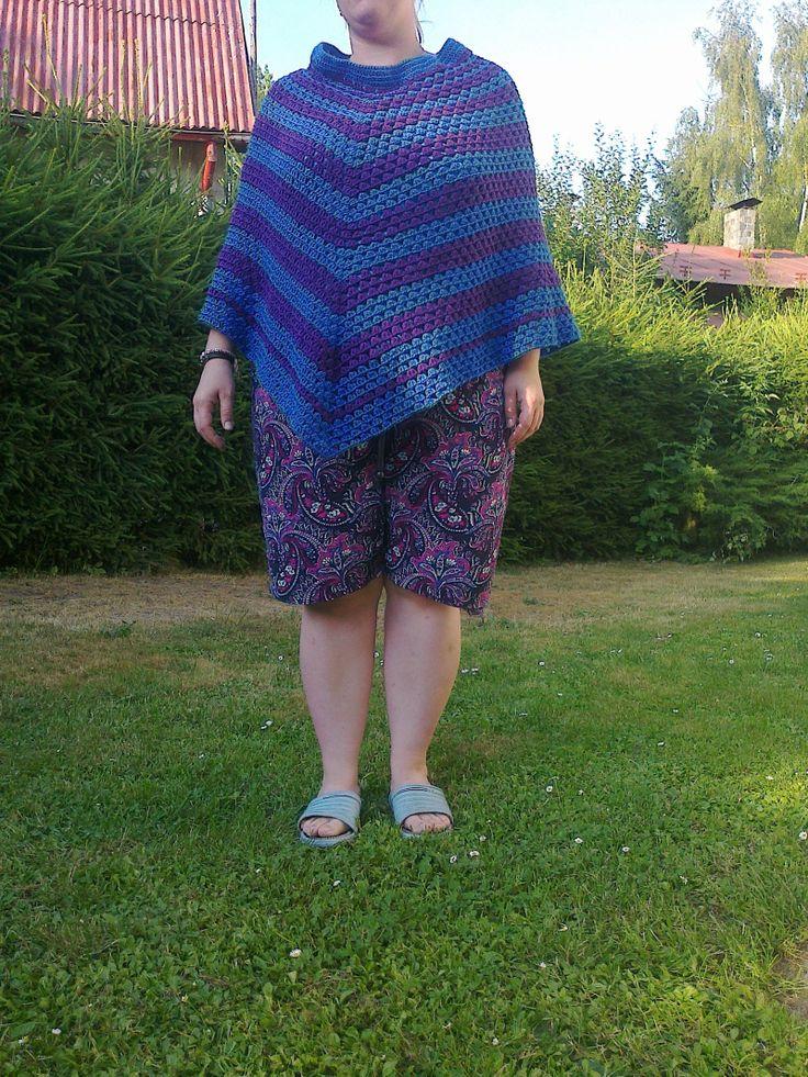 Krásné háčkované pončo Jarně-podzimní pončo v barvě modré a fialka. Je to velikost cca 42-44. Materiál vlna Dora a Comfort (akryl, nekousavé).