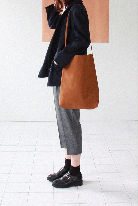 oversized tan leather tote | curated by ajaedmond.com | capsule wardrobe | minimal chic | minimalist style | minimalist fashion | minimalist wardrobe | back to basics fashion