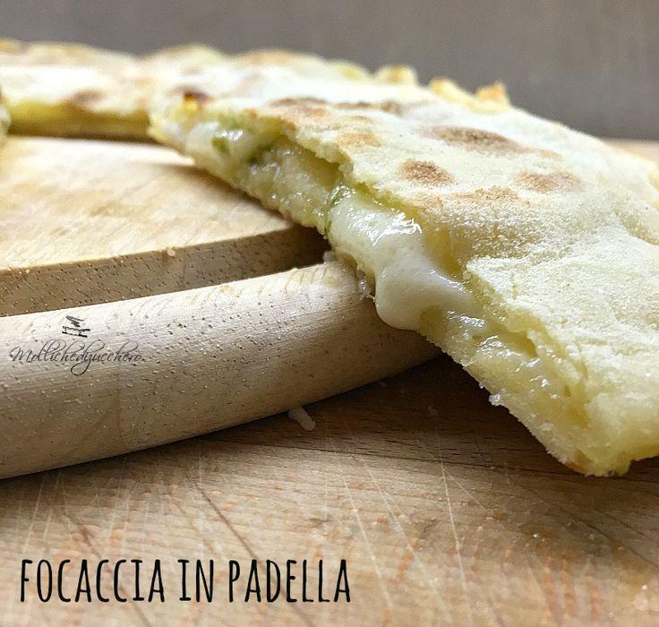 La focaccia in padella pesto e formaggio è uno di quei piatti che nascono quando si ha una fame da matti e poca roba nel frigorifero