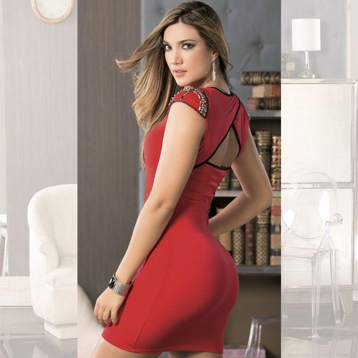 El color rojo, es un color súper femenino y que puedes aprovechar luciendo de la mejor manera. Puedes combinar tu vestido con zapatos de color: negro, beige, dorados, plateados o si quieres un look más jovial puedes combinarlo con unos zapatos animal print. www.jeanstyt.com/Tienda/es #YoVistoTyt #YoAmoTyt #TytJeans #Moda #Vestidos