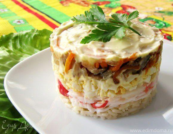 Салат с крабами  В качестве закуски подавайте на обед сытный салат с крабовым мясом и грибами. Это блюдо также хорошо подойдет и для праздничного застолья. #готовимдома #едимдома #кулинария #домашняяеда #салат #закуска #крабовоемясо #грибы #сытныйсалат #праздничныйстол #вкусноисытно #приготовить #легко