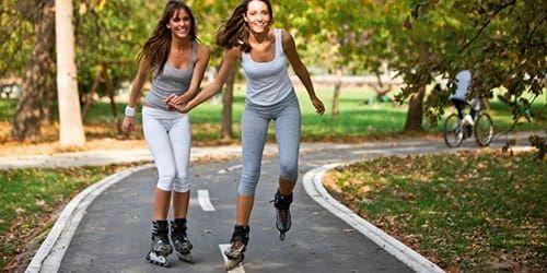 7 приятных способов сжечь калории 👍👱♀️  1.КОНЬКИ И РОЛИКИ  Бедра двигаются из стороны в сторону, и чем быстрее – тем больше калорий сжигается.При этом укрепляются мышцы не только бедер, но и торса. Чтобы сбросить больше калорий, чередуйте амплитуду и скорость:катитесь быстро,катитесь в среднем темпе,катитесь плавно и медленно;делайте то большие шаги, то маленькие, но частые. Сжигание калорий на роликах и коньках:от 500 до 850 ккал в час в зависимости от интенсивности занятий.   2.БЕГ…