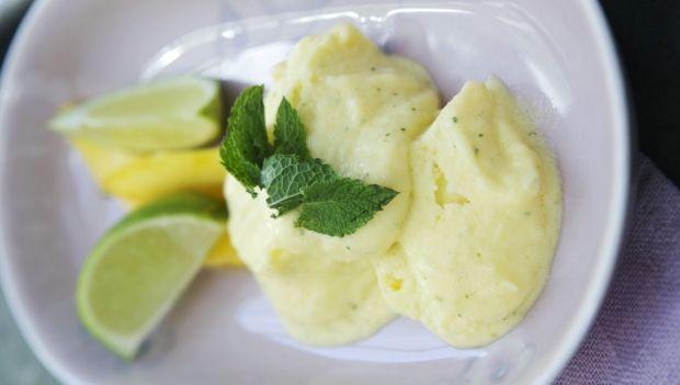 Den lette limesorbet er perfekt som et punktum efter en god middag og så tager den kun 20 minutter at lave