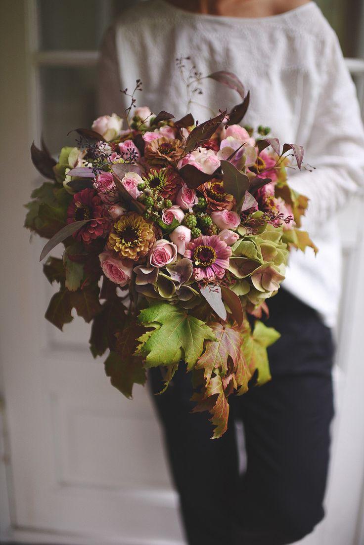 Den smukkeste brudebuket til efterårsbruden. Lige til at binde selv. Altså måske bruden ikke skal gøre det selv – med mindre hun er af den overmenneskeligt overskudsagtige slags – mendet kan være ret fint at få en blomsterferm veninde, mor eller søster til det. Min søde veninde, smykkedesigneren Julie Wettergren, viser her (med mig bag …