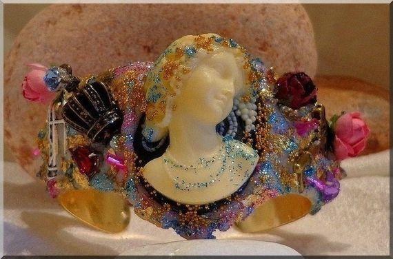 Bracelet Camée Baroque décoré d'une clé Bronze, Cristaux, Fleurs, Feuilles d'Or : Bijoux Chic