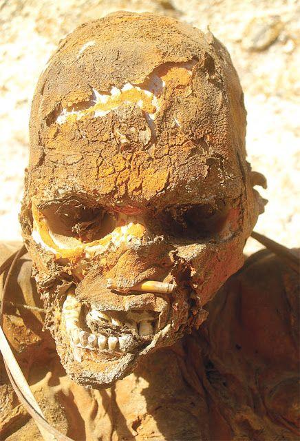 Elisandre - L'Oeuvre au Noir: Les momies fumées de la tribu Anga