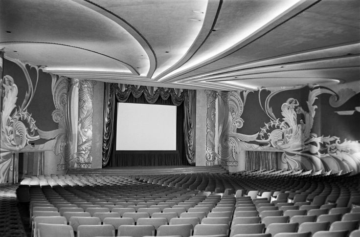 Sala del cine Lido en la Colonia Condesa, de estilo colonial californiano, hoy es operado por la Cineteca Nacional y el Centro Cultural Bella Época con una librería del Fondo de Cultura Económica, la Rosario Castellanos. Año 1944