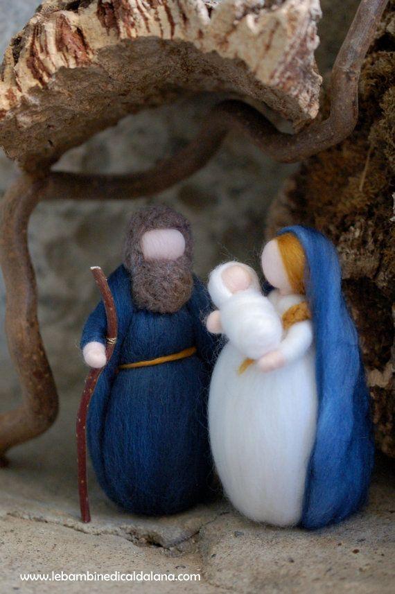 Sagrada familia es única en su tipo, completamente hecho a mano con amor y cuidado con arreglo a los principios de la pedagogía Waldorf. Encantadora como decoración en Navidad, como acompaña la espera mágica de Navidad. Dar una sonrisa al destinatario y embellece su mundo. La calidez y suavidad de este artefacto fino tan armonioso satisfacer y desarrollan, en sus poseedores, sensibilidad, placer táctil y visual. Elaborado exclusivamente con alta calidad de lana teñida con tintes vegetales…