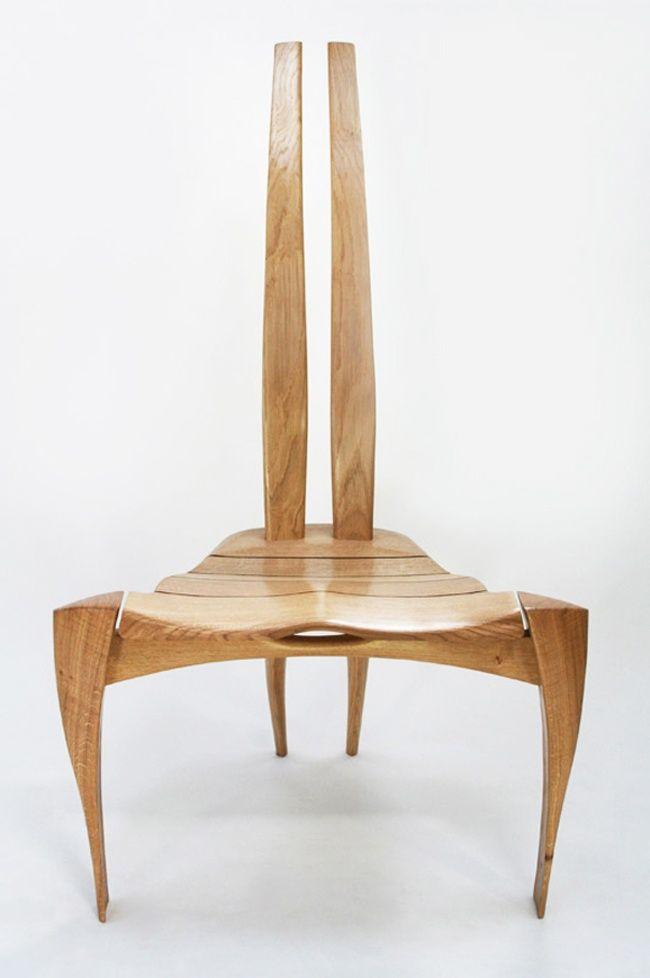 I mobili scultorei di ChairCreative somigliano a insetti delicati, organismi viventi scolpiti da madre natura. A lavorarli a mano è un team diretto dal designer e artista Alun Heslop, esperto nella lavorazione artigianale del legno.