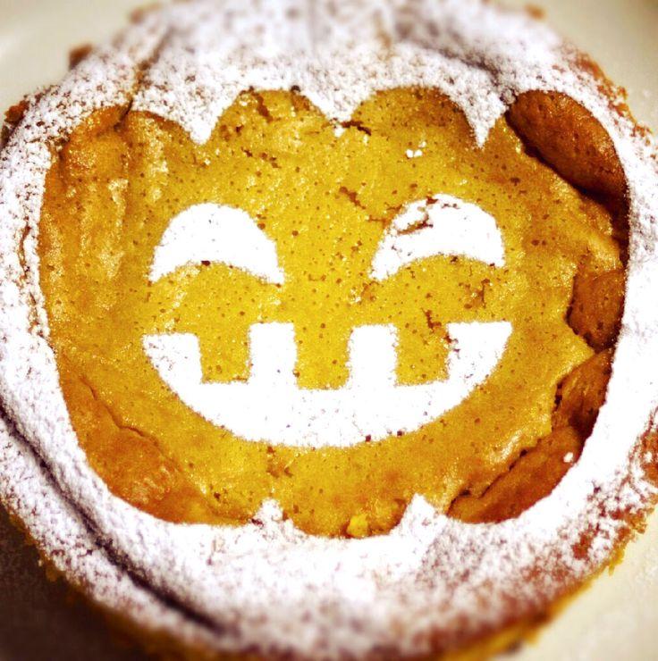 ハロウィンといえば、かぼちゃ。 かぼちゃのお菓子の定番といえば、パンプキンパイ(=パンプキンタルト)ですね。 ただしお菓子作りをする人なら分かると思うんですが、タルトって、 生地にもフィリングにも以外と大量の乳製品と砂糖を使うのです。 そこで今回は、私が毎年作り続けている、白砂糖も乳製品も使わない、 簡単なパンプキンタルトの作り方をご紹介します。 卵アレルギーのある方は、卵不使用でも作れますよ! 油脂はたった大さじ3だけでサクサクに作れてしまう、秘密の配合です。 (ちなみに通常のタルト生地にはバターを約100g使います。バター1/2箱!) 面倒な泡立ても、 バターのすり混ぜも、 温度管理も必要ないんです。 だから初心者でも失敗がほとんどありません。 タルト生地は麺棒やマットを使わずに、手のひらでペタペタしながら作ってしまうので、 洗い物も道具も最小限。 手順も最小限なので、たぶん1時間ぐらいあれば作れちゃいますよ。 だって、パイ生地を薄く伸ばすのって、大変でしょ? まずレシピ本を開いて、 「冷えたバターを1cm角に刻む」…。 その時点で本を閉じてしまう方、多いのでは? ...