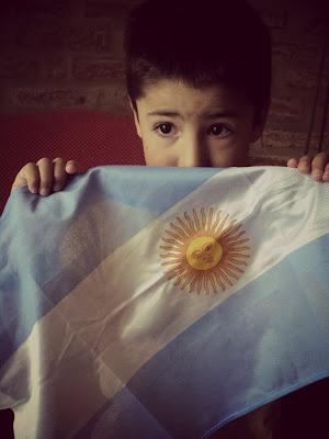 """il 2o giugno la nostra #bandiera festeggia i suoi 200 anni di vita... con i colori bianco celeste del nostro cielo, con la purezza dell'essere #argentini, nati in una terra giovane, terra di nativi, indios e #europei. Manuel Belgrano, il creatore del nostro simbolo patrio, era figlio di un #genovese. Forse il primo """"tano"""" arrivato in #Argentina nel 1800!!!"""