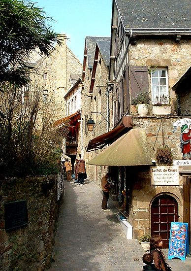narrow streets of Mont St Michel: Beautiful Photos, Buckets Lists, Narrow Street, Favorite Places, Monte Saint Michele, Beautiful Places, Monte St. Michele France, Places I D, The Narrow
