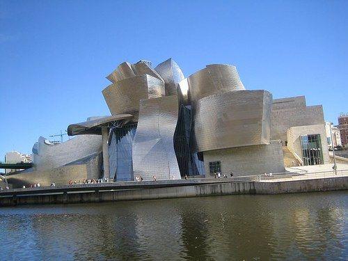 """Museo-Guggenheim-Bilbao  -  Ubicado en la ría de Bilbao, junto al puente Príncipes de España o puente de """"La Salve"""", se encuentra el museo de arte contemporáneo más importante de toda la península, el Guggenheim Museo Bilbao."""