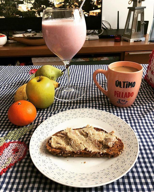 Desayuno casero: batido de fresas naturales  café con leche tostadas con lomo en manteca & surtido de frutas naturales      #Receta batido de fresas : echamos en la batidora 2 tazas de fresas naturales  taza y media de leche   un yogur blanco natural (en nuestro caso teníamos sin edulcorante) 6 cucharaditas de azúcar blanca y voilà  listo para degustar!! Se le puede echar azúcar de vainilla para darle un toquecito!