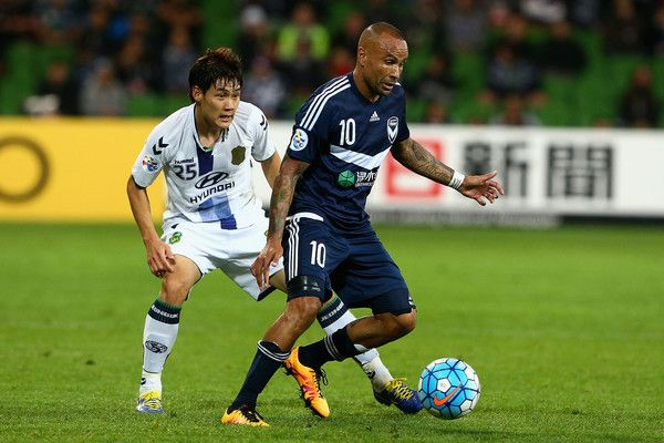 Archie Thompson Photos Photos - Archie Thompson of Melbourne cotrols the ball during the AFC Champions League match between the Melbourne Victory and Jeonbuk Hyundai Motors at AAMI Park on May 17, 2016 in Melbourne, Australia. - AFC Champions League - Melbourne Victory v Jeonbuk Hyundai Motors