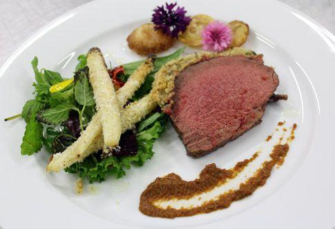 Ricetta Filetto di manzo in crosta di rose con asparagi bianchi, patate soffiate e salsa ai pomodori secchi