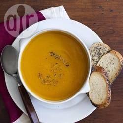 Dit is een gevulde soep met heel veel smaak. Iets wat ik zomaar bedacht heb, met de ingrediënten die ik op dat moment had. Erg makkelijk, snel en een mooie manier om pompoen te gebruiken. Meteen favoriet bij mij thuis.