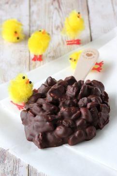 Lekker tussendoortje, maar ook leuk voor Pasen: Paasrotsjes lolly  Ingrediënten: •350 gram pure chocolade en/of  •350 gram melkchocolade  •100 gram marshmallows (in stukjes)  •50 gram ongezouten pinda's  •50 gram gedroogde abrikozen (in stukjes, of neem rozijnen of cranberry's) •benodigdheden: 8 ijsstokjes en bakpapier   Bereiden 1.Hak de chocolade in stukjes en verwarm al roerend au bain-marie. Neem de kom van de pan en klop door tot alle stukjes chocolade zijn gesmolten.  2.Schep…