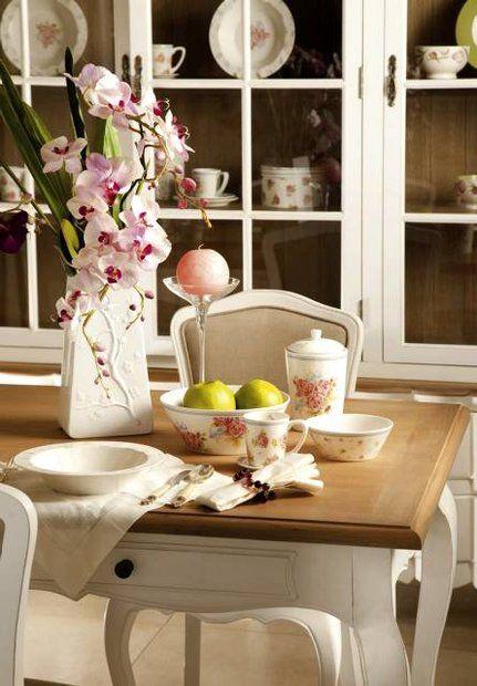 Laura Ashley Romantyzm Masywne stoły finezyjnie nakryte zapraszają do biesiadowania.