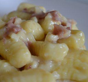 Gnocchi di patate con speck e scamorza affumicata