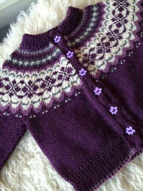 by TanteUll, via Flickr  I think this is a baby sweater, but I could scale it up…