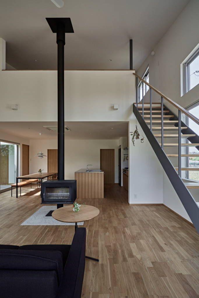 translation missing: jp.style.リビング.modernリビングのデザイン:ホワイエのある家をご紹介。こちらでお気に入りのリビングデザインを見つけて、自分だけの素敵な家を完成させましょう。