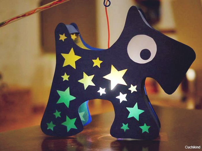 Laterne, Laterne, Sonne, Mond und Sterne! Mit diesem DIY von Cuchikind kannst Du eine wunderbare Laterne in Form eines Hundes basteln. Absolut kindgerecht und mal was ganz anderes.