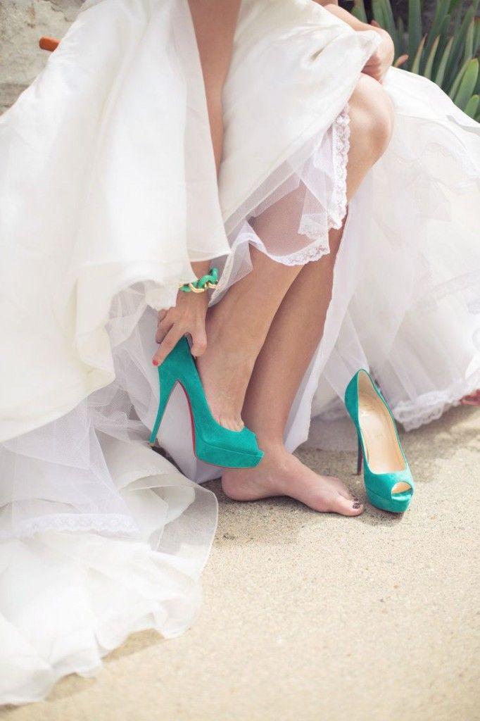 Los zapatos de color son una opción increíble para darle un toque original al vestido!  #casamiento #cadadetallecuenta #rsvp.es