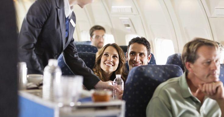El salario medio de una azafata de vuelo. El salario de una azafata de vuelo en las líneas aéreas comerciales podrían varían de forma significativa de una aerolínea a otra. Las más importantes (por ejemplo, United, Delta, American o US Airways) generalmente pagan más que las aerolíneas de bajo costo (por ejemplo, JetBlue o AirTran). Dentro de las aerolíneas, el pago también se basa en la ...