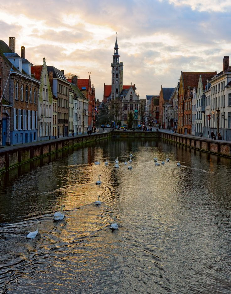 Bruges in Belgium: smaller than Brussels and with just as much atmosphere as Antwerp. Perfect for a short winter daytrip! #EurailWinterWin
