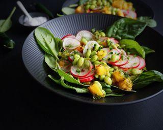 Mangosalat med dild, radiser & edamammebønner