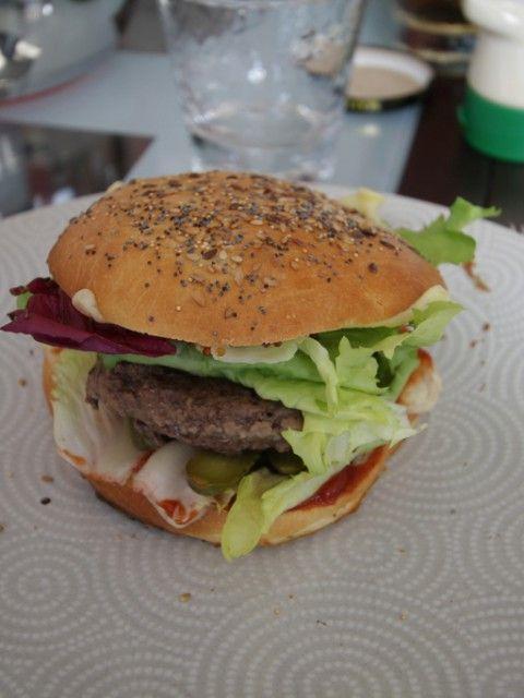 Hamburgers maison  Les enfants adorent…… Les parents aussi (de temps en temps !) et lorsque les hamburgers sont faits maison, on est sûr qu'il n'y aura que de bonnes choses dedans :)  Le pain est à préparer à l'avance (le matin pour le soir, ou la veille pour le lendemain).