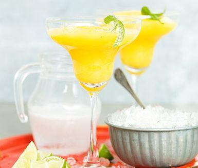 När sommarsolen bränner och strupen känns torr – mixa då ihop en läckert gul frozen mango margarita med stänk av lime och söta bubblor från sockerdricka. Med eller utan tequila – vilket som funkar lika bra. Lika gott blir det med jordgubbar eller hallon.