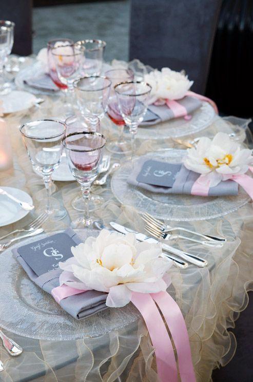 Flores, lazos y servilletas para las mesas del banquete