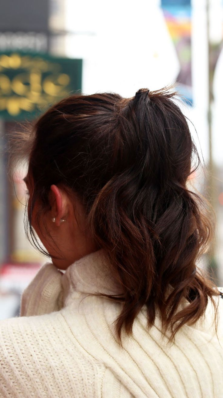 High ponytail hairstyle with wavy hair and ombre dark brown. Medium length. By fashion blog Marie's Bazaar