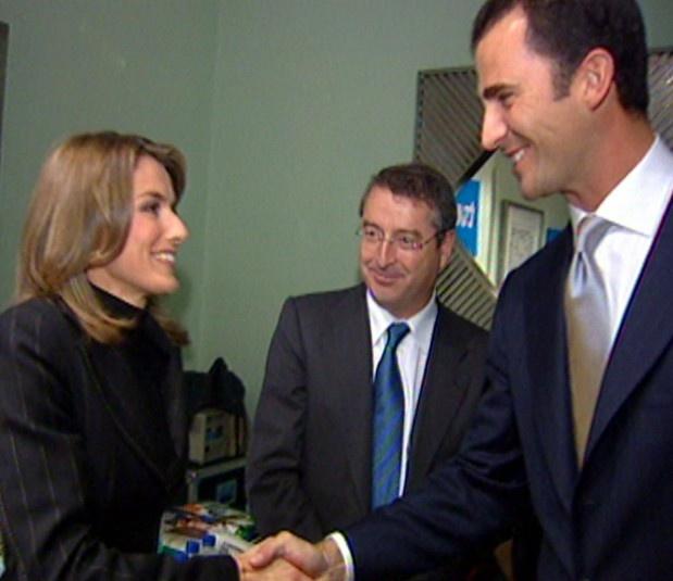 Primera imagen del príncipe Felipe de Borbón y su prometida Letizia Ortiz, durante la entrega de los Premios Príncipe de Asturias, el 24 de octubre de 2003. Una semana más tarde, la pareja anunció por sorpresa su compromiso.