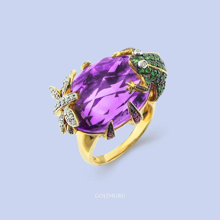 Коктейльное кольцо, великолепный летний вариант! Особенно красиво на закате в лучах солнца :)  Стрекоза усыпана бриллиантами, лягушка, которая пытается её поймать - зелеными гранатами, лапки удерживающие аметист весом 23.45 карата - розовыми сапфирами.  Цена: 86 900 рублей  Это и другие котельные кольца в наличии в #GOLD4U  #КоктейльноеКольцо #КольцосАметистом #Аметист #Эксклюзивныеукрашения #стиль #мода #Желтоезолото #AmethystRing  #CoctailRing