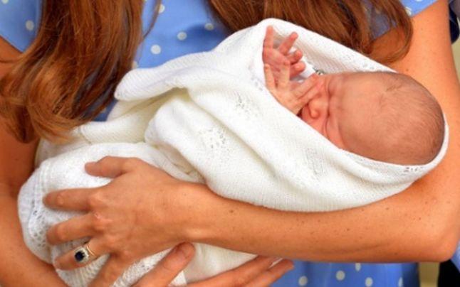 FOTO VIDEO Prima apariţie publică a micului prinţ. Ducesa #Kate şi bebeluşul regal au părăsit maternitatea
