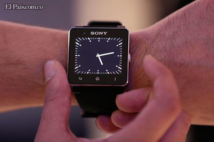 Relojes que van más allá del tiempo. Funcionalidad y practicidad convierten los 'smartwatchs' en la tendencia de los dispositivos móviles. Precio y dependencia del celular, sus desventajas. Detalles: http://www.elpais.com.co/elpais/internacional/noticias/relojes-van-alla-tiempo