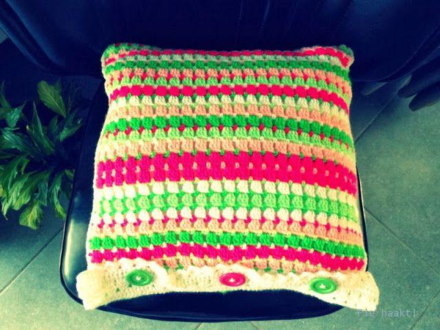 Fie haakt! Kussen met granny sleutelbloemen en snoepjes patroon uit 'Haken en kleur'