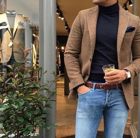 Acheter la tenue sur Lookastic: https://lookastic.fr/mode-homme/tenues/blazer-pull-a-col-roule-jean/21397 — Blazer en laine brun — Pochette de costume bleu marine — Pull à col roulé noir — Ceinture en cuir tressé brun — Jean bleu clair